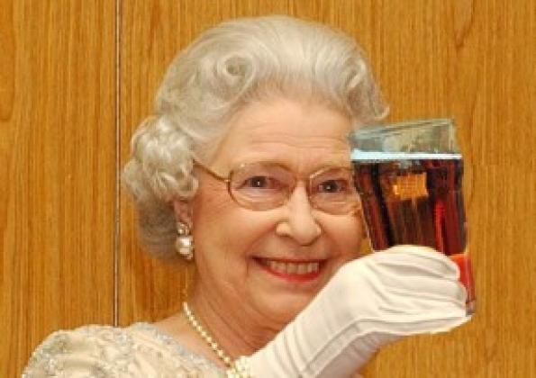 Queen-drinking-1